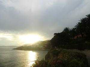 On accède à la villa du Roc Fleury par le sentier du bord de mer.