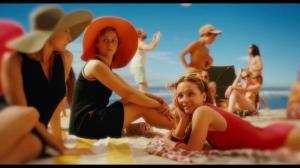 Fanny Touron dans une scène chantée à la plage.