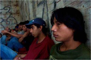 A  droite   l'indien Chauk ( Rodolfo Rodriguez )  en compagnie d'autre s migrants