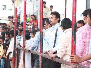 Saajan   dans la foule derrière  les barrières  du drame  de  défenestration