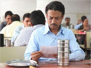 La lunchbox  et sa  missive,  reçue par  Saajan ( Irrfan Khan)