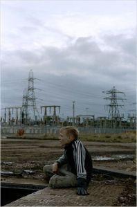 Arbor   dans la plaine désolée , au  loin  les  pilones de la  centrale électrique es