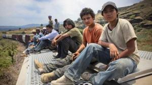 Chauk, Sara  et  Juan    en compagnie des  migrants  sur  le toits  des  wagons   en route  vers  le  Nord