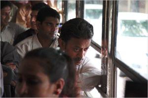 saajan et  derrière  lui son jeune collègue Shaikh ( Nawazuddin Siddiqui ) , dans les transports   en commun