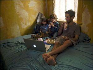 Xavier  et ses  enfants  dans   l'appartement de chinatown