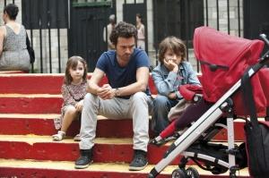 Xavier présente a ses enfants  leur   nouvelle soeur