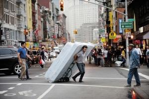 Xavier ( Romain Duris  ) en plein déménagement à New-York