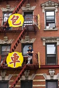 Xavier dans son  immeuble  de  Chinatown