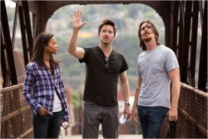Une photo du tournage , Scott Coper au centre entouré de  Zoe  Saldana  et  Christian Bale