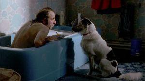 Maxime  ( Vincent  Macaigne)   dans la salle de  bain en compagnie du chien de  son père