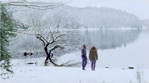 Maxime (  Vincent  macaigne )  et mélodie  en  promenade au bord  du lac