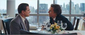 Jordan (  Leonardo Di Caprio )  en compagnie de  son premier  mentor ( Matthew McConaughey )