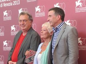 Stephen Frears, Judi Dench  et Steve  Coogan   à la Mostra de Venise  2013 - Photo  officielle -