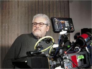 Robert Ando  derrière sa  caméra  lors  du  tournage du  film