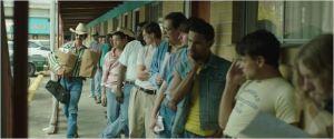 La  file d'attente  pour les soins  devant  un  des  Bayers  club de  Ron Woodroff