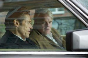Willima  dafoe  (au premeir plan)  et Philip Seymour Hoffman dans   son dernier :  Un Homme  très  recherché d'Anton Corbjin.