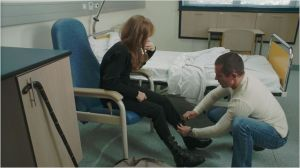 Viko (  Kool Shen ) aidant Maud (  Isabelle  Huppert )  dans  l'habillage  quotidien