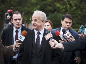 Tony Servillo (  ici  dans le rôle du  jumeau )  face  à la presse