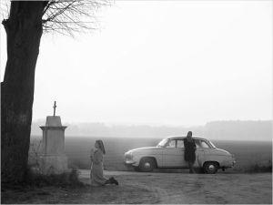 Les deux  femmes à la recherche  du  passé ,   Ida  en prière devant  un lieu saint