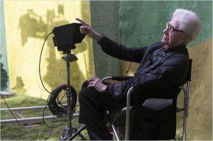 Alain Resnais - Une des dernières  image s du cinéaste  en  tournage