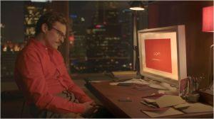 Joaquin Phoenix   face  a  son ordinateur , en dialogue  virtuel avec  Samantha