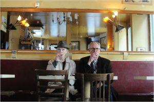 Lindsay Duncan et Jim Broadbent ,    sirotent   dans  un  bistrot