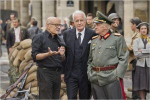 A gauche, Volker  Schlöndorff  sur le tournage   avec  André  Dussollier  et Niels  Arestrup