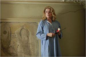 Catherine  Deneuve  .  Au mur  la  fissure  qui l'obsède ...