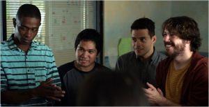la  séance de réunion   des  pensionnaires ; A  gauche  Marcus (  John Senfield ) . A  droite   Nate ( Rami Malek ) et  Mason (  John Gallagher  Jr)