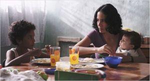 Junior  ( Samuel Lange  )  avec  sa  mère ( Samantha Castillo )  et  son petit frère