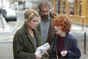 La  distribution de  tracts dans  la rue -  Catherine Deneuve , Gustave  Kerven, Monique  Moretti