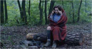 Pomme (Emmanuelle Devos ) , seule , au coeur de la  forêt