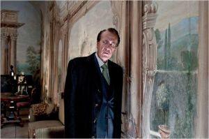 Virgil (  Geoffrey Rush)   face a  la porte close derrière laquelle se  cache  la belle  inconnue ...