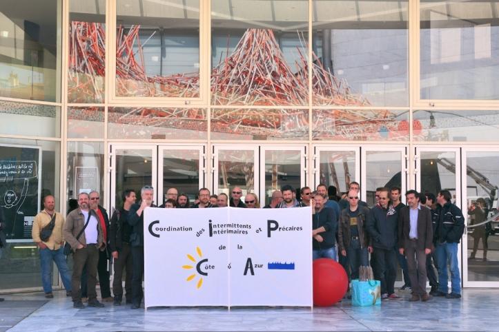 Le collectifs des intemrittens et précaire sur le parvis du Théâtre National de Nice (photo K.)