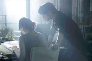 Koichi( Takeru Satô )  et  Atsumi ( Haruka  Hayase )  dans  leur  appartement  à la table de  travail