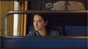Audrey ( Anaïs  Demoustier )  en tra,sport en commun , se rend a  son travail