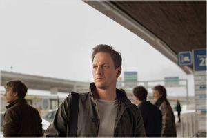 Gary  (  Josh Chrales  )  à  son arrivée  à l'aéroport