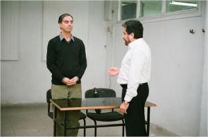 le  mari  ( Simon Abkarian)  face  à l'avocat  ( Menashe  Noy )  de   Viviane