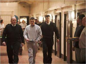 Eric   entouré  des  gardiens  de  prison
