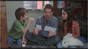 Ethan Hawke  (  le père )  et  ses  deux enfants   Mason (  Ellar Coltrane )  et   sa soeur Samanta  (  Loreleï  linklater )