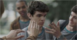 Leonardo ( Ghilherme  Lobo)   face  à  ses  camarades de  classe