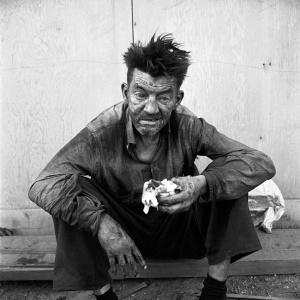 l'homme  sur le  trottoir -  saisi par  Viviane   Maier