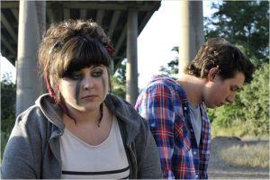 Bici ( Ambre  Grouwells )  confie  ses  peines  à  un des  musiciens  du  groupe...