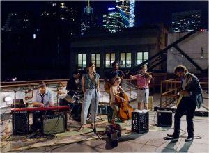 La  troupe   de  Gretta  et ses  potes , improvise  un morceau  sur  le  toit d'un immeuble ...