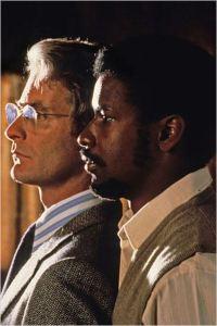 Kevin Cline  et Denzel Washington dans  Cry  Freedom  de  Richard  Attenborough