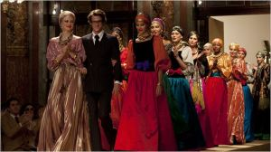 Gaspard  Ulliel   en Saint laurent  au Milieu de  défile de mode