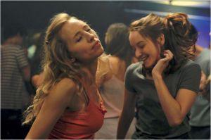 Laura (  Isild  Le  Besco )  et  Claire  (  Anaïs Demoustier