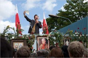 Lech  Walesa (  Robert Wieckiewicz ) devant les ouvriers en grève