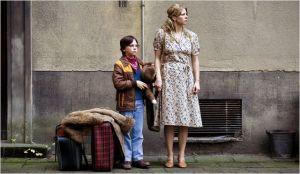 Nelly  (  Jordis  Triebel  et  son fils (Tristan Goëbel )   en  attente du départ de l''autre coté  du mur