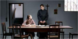 Maria  ( Léa Van Acken ) et le prêtre  (Florian Stetter )